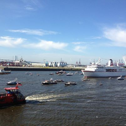 Einlauf der MS Deutschland in den Hamburger Hafen mit den deutschen Olympioniken an Board, von der TRG-Dachterrasse fotografiert